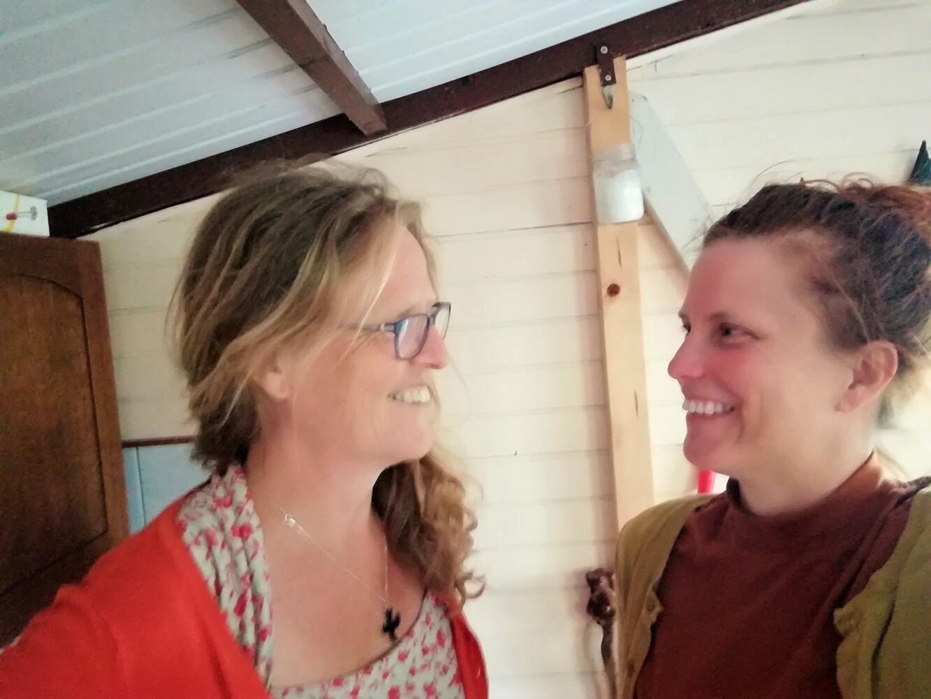 Rebecca zoekt zin: in gesprek met haar zus over eenvoud (+ podcast)