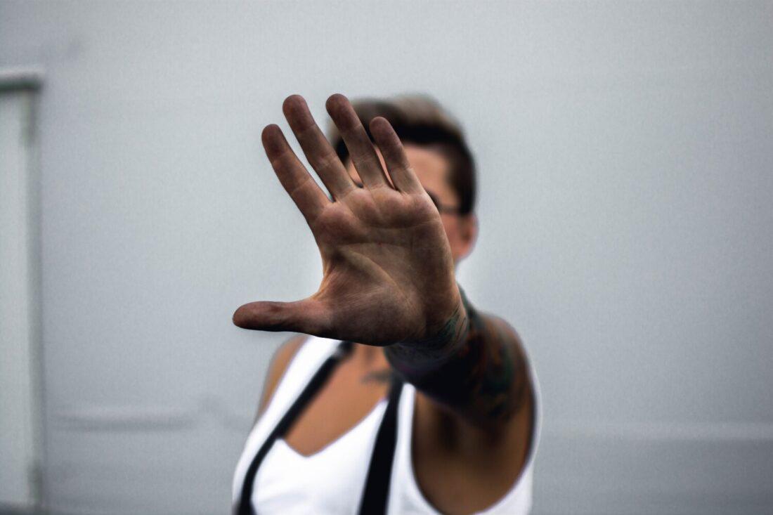 persoon met hand uitgestoken
